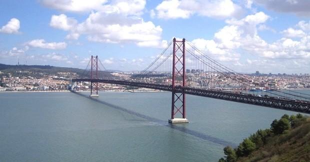 A imponente Ponte 25 de Abril separa Lisboa e Almada e cruza o rio Tejo | foto - Zero