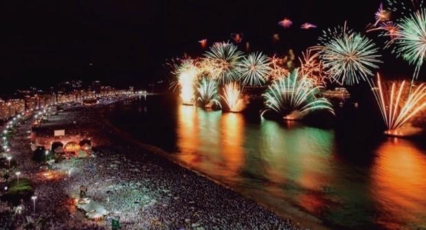 O mar de Copacabana tem navios de cruzeiro na festa de Réveillon