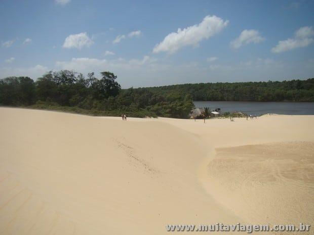 As dunas dos Lençóis Maranhenses desembocam no rio Preguiças e formam uma praia diferente