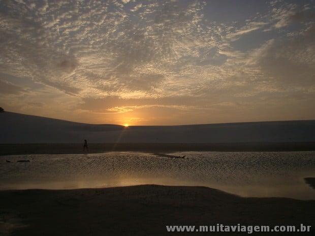 Recomendo ir à tarde para ver o sol sumir entre as dunas