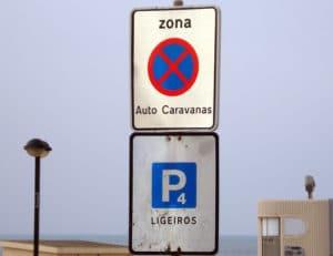 Placa de proibido parar e estacionar auto-caravanas