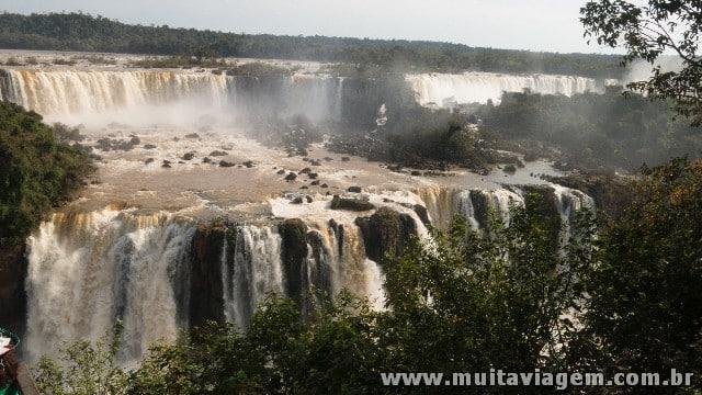 Do lado brasileiro, a vista panorâmica das Cataratas impressiona