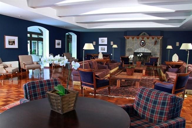 Salão de estar no hotel Vila Inglesa, em Campos do Jordão