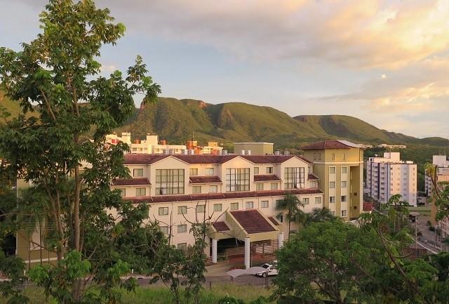 O sol reflete nas montanhas da Serra de Caldas no fim de tarde na cidade de Rio Quente, Goiás.