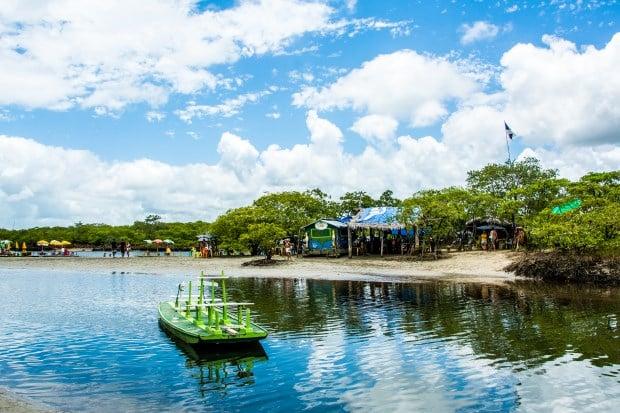 No mangue, além das atrações naturais, como os cavalos-marinhos, um bar convida a um suco de pés molhados