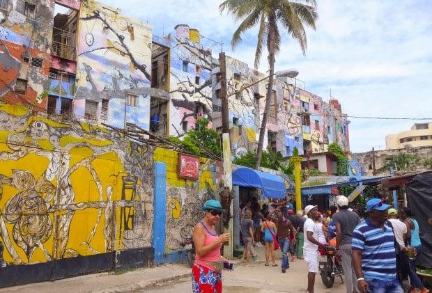 Para conhecer a cultura cubana de perto, visite o Calejón de Hammel