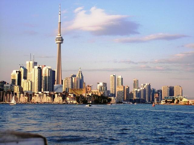 Toronto é uma boa base para visitar as Cataratas do Niagara, na fronteira com os EUA