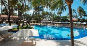 O resort em Maceió é beira-mar, com linda piscina