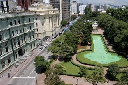 Fazer um passeio na Praça da Liberdade em BH é uma ótima opção para por no roteiro de dois dias em Belo Horizonte